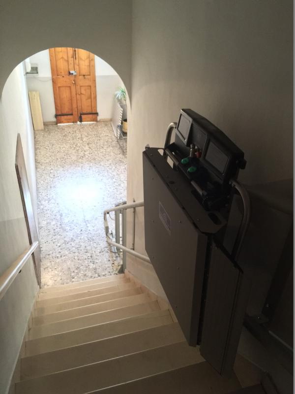 Montascale a pedana senza pilastrino attaccato al muro - Scale minimo ingombro ...