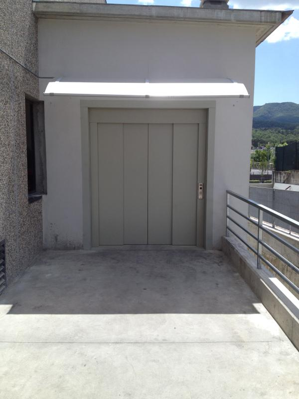 Montacarichi per fabbriche for Foto staccate del garage