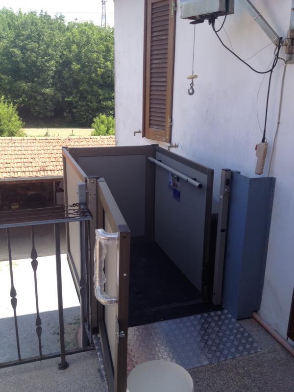Piattaforma per disabili montacarichi per disabili for Piccoli piani di casa cabina di log